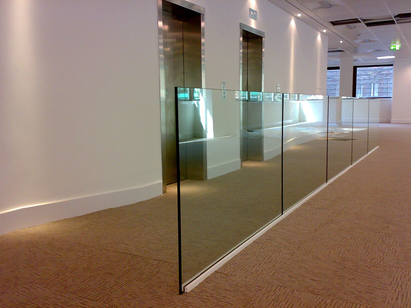 Glass balustrade seperator